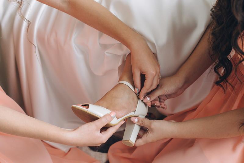 花嫁の足元