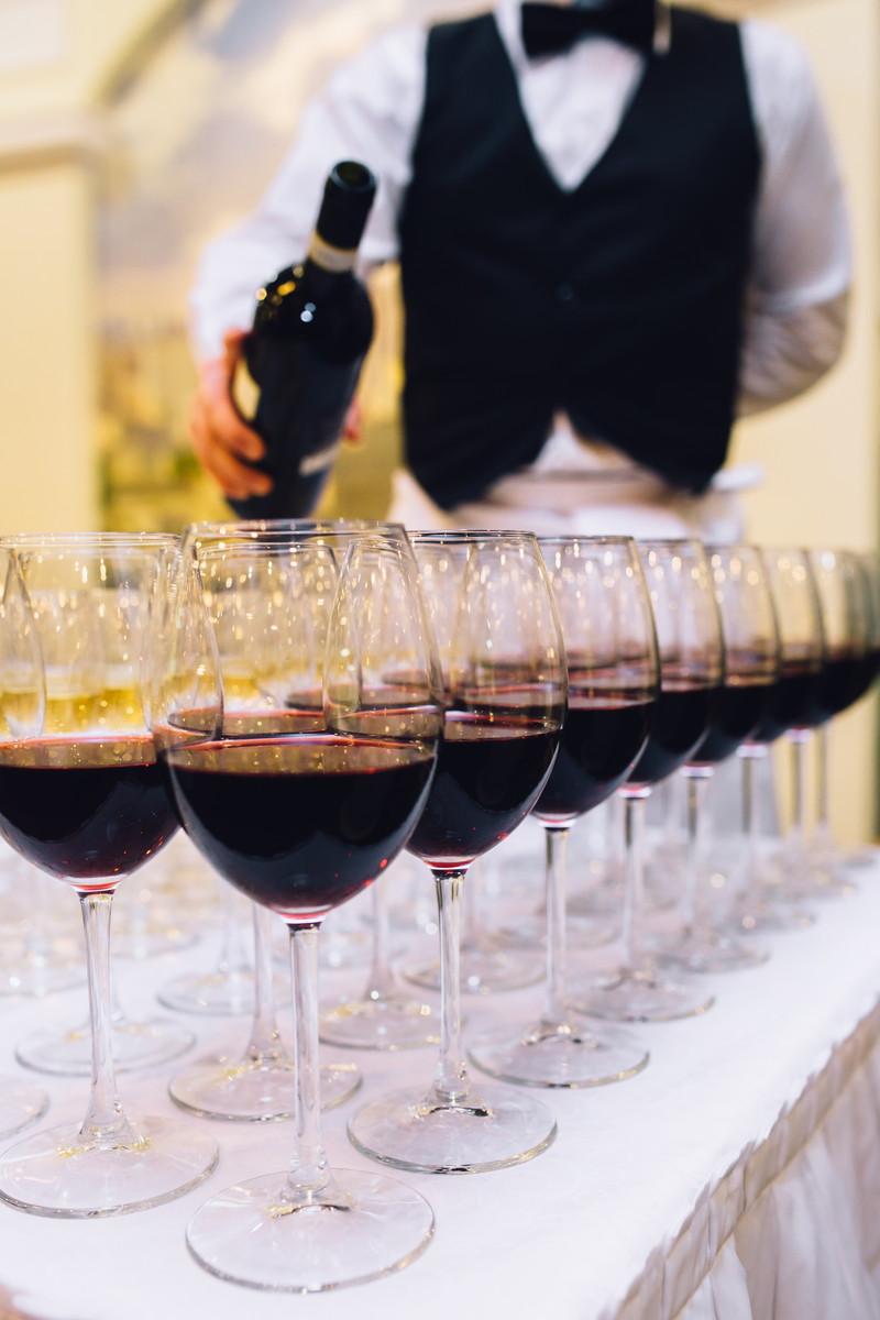 参列者へのワインを注ぐ